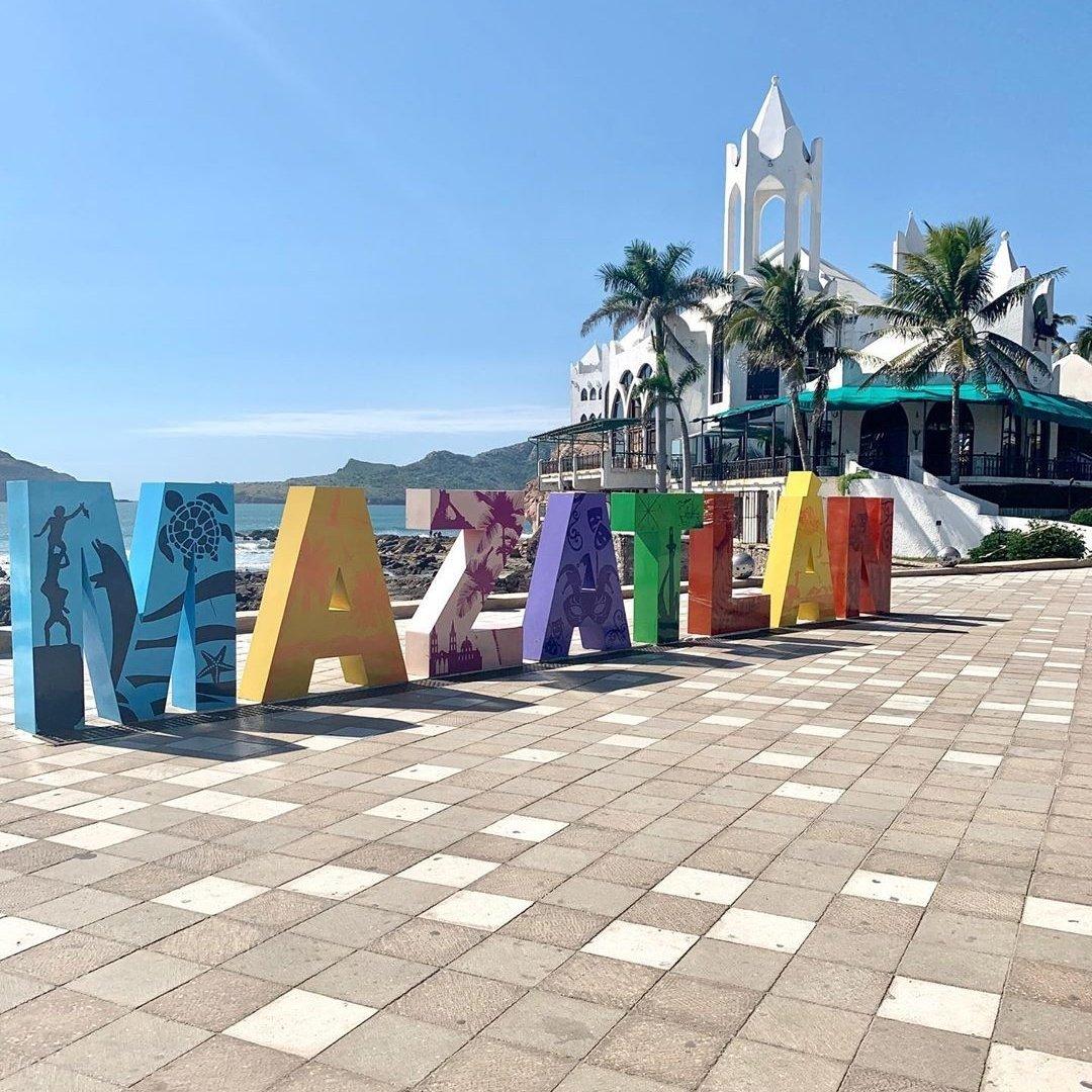 Camino por el malecón hasta el faro de Mazatlán
